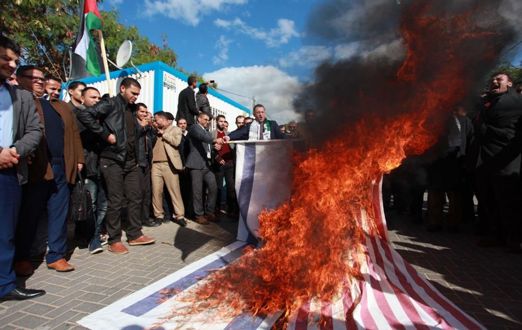 PROTESTER: Palestinske demonstranter brenner det amerikanske og israelske flagget i protest mot Trumps avgjørelse om å anerkjenne Jerusalem som Israels hovedstad. Nå advarer UD reisende mot demonstrasjoner og vold i både Israel og Palestina.