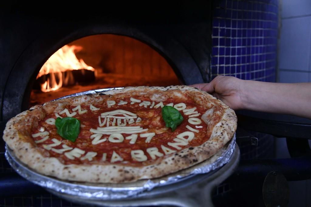 UNESCO-LISTE: En pizza bakt i den første steinovnen som ble brukt i 1889 til å lage den første pizza margaritaen i Napoli. Napolis pizzatradisjon har blitt lagt til i UNESCOs liste over immateriell kulturarv