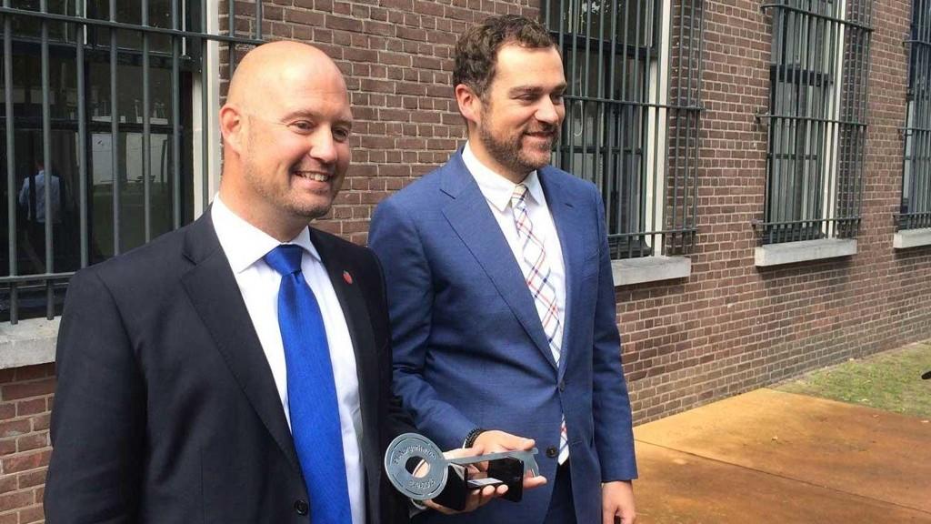 NØKKELEN: Daværende justisminister Anders Anundsen mottar nøkkelen til Norgerhaven fra statssekretær Klaas Dikhoff i det nederlandske sikkerhets- og justisdepartementet.