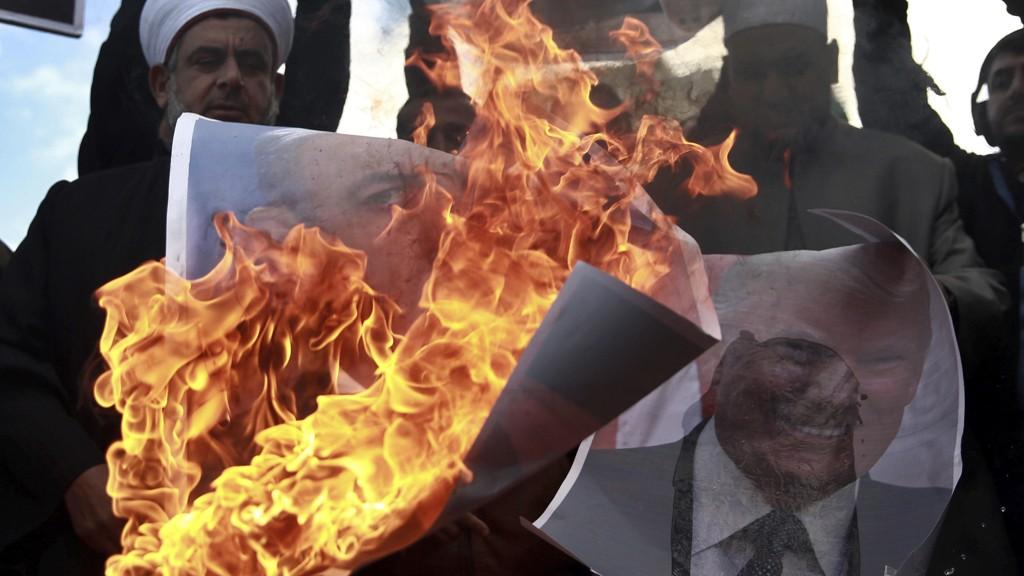 BRENNER:Palestinere brenner bilder av Trump og Netanyahu i Gaza by torsdag.