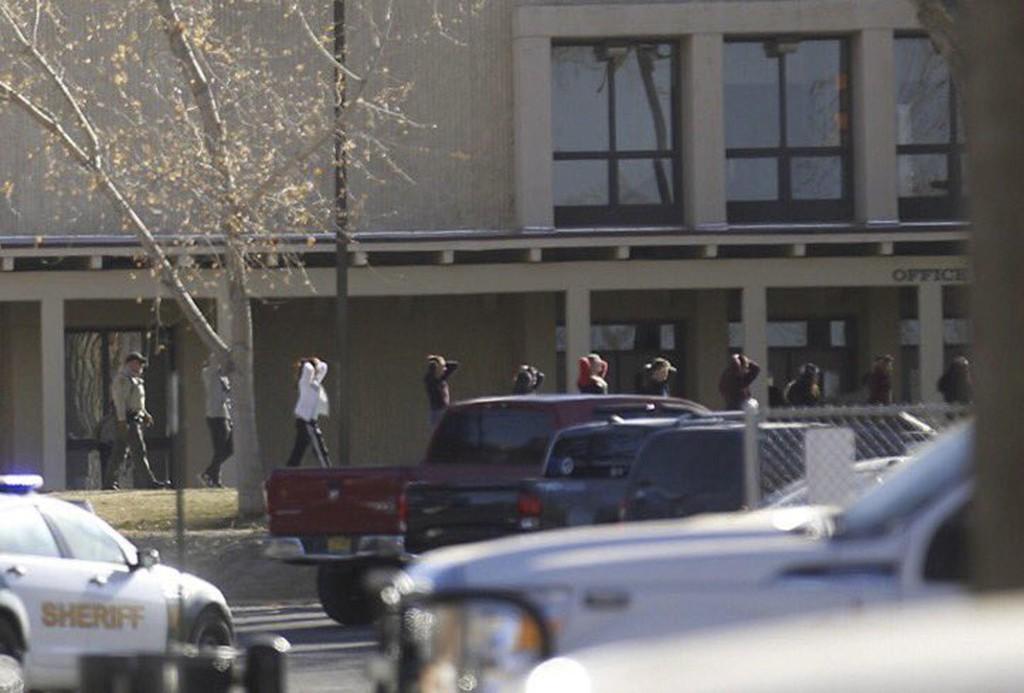 LEDES UT: Elevene ledes ut av Aztec High School etter skyteepisoden torsdag.