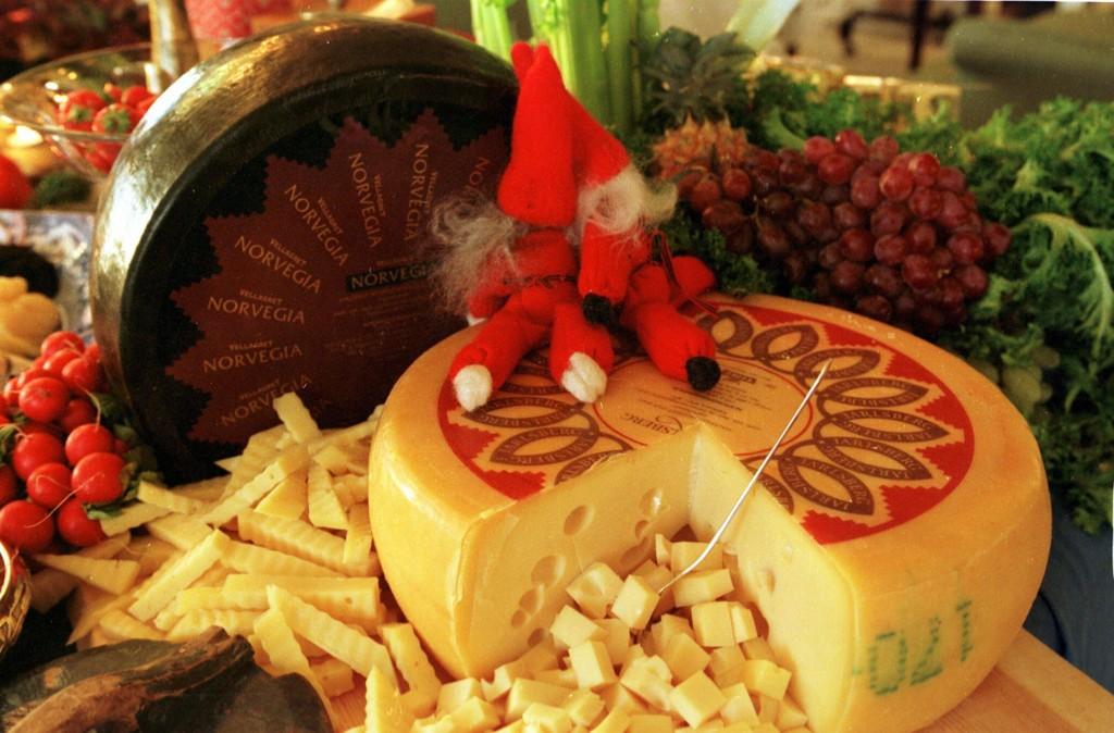 Tine har markedsført Jarlsberg-osten med at den er særnorsk. Nå produseres tonnevis i utlandet med utenlandske råvarer.