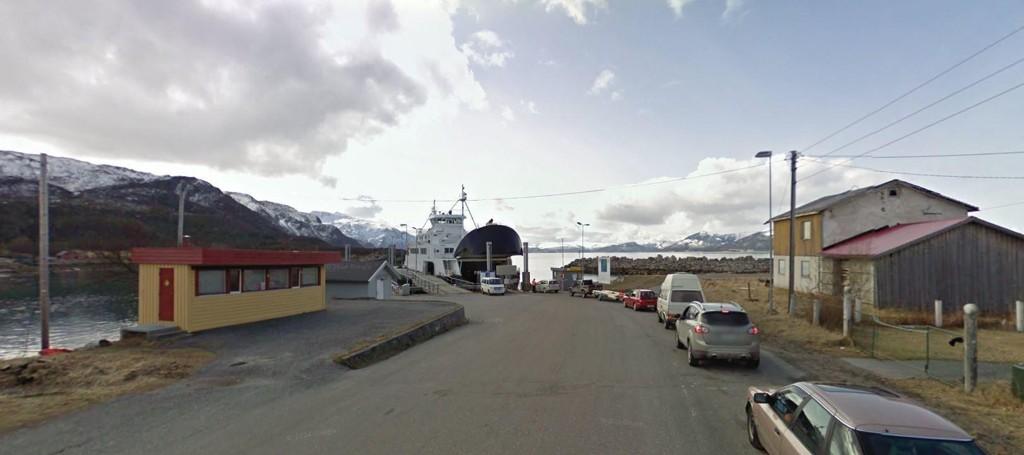En buss med 40 personer om bord har veltet ved Holm fergekai i Bindal i Nordland