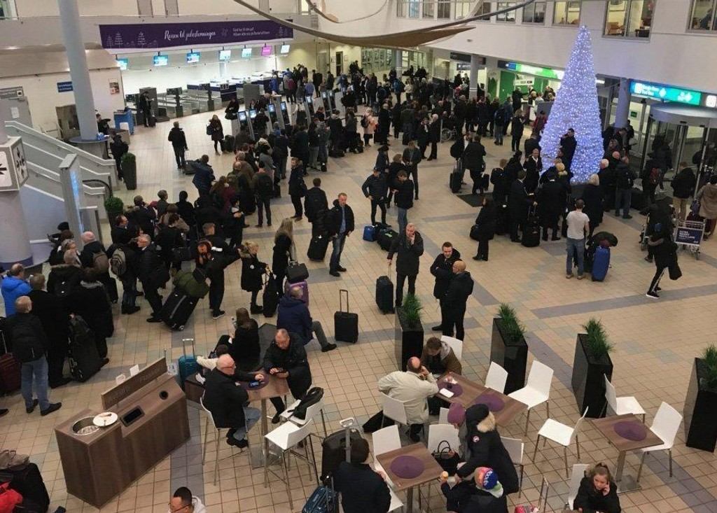KØ: I ventehallen på Bodø Lufthavn er det flere hundre passasjerer og lange køer.