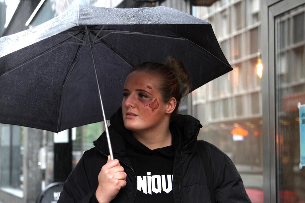 Martine Halvorsen ble i høst utsatt for massiv vold utenfor leiligheten sin. Hun anmeldte også en sak hvor hun hadde fått trusler. Nå har politiet henlagt saken.