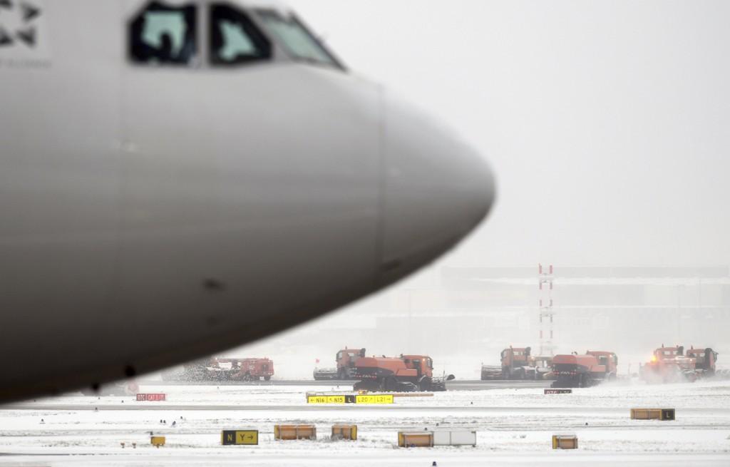 PROBLEMER: Snøfall skaper problemer for flytrafikken søndag.