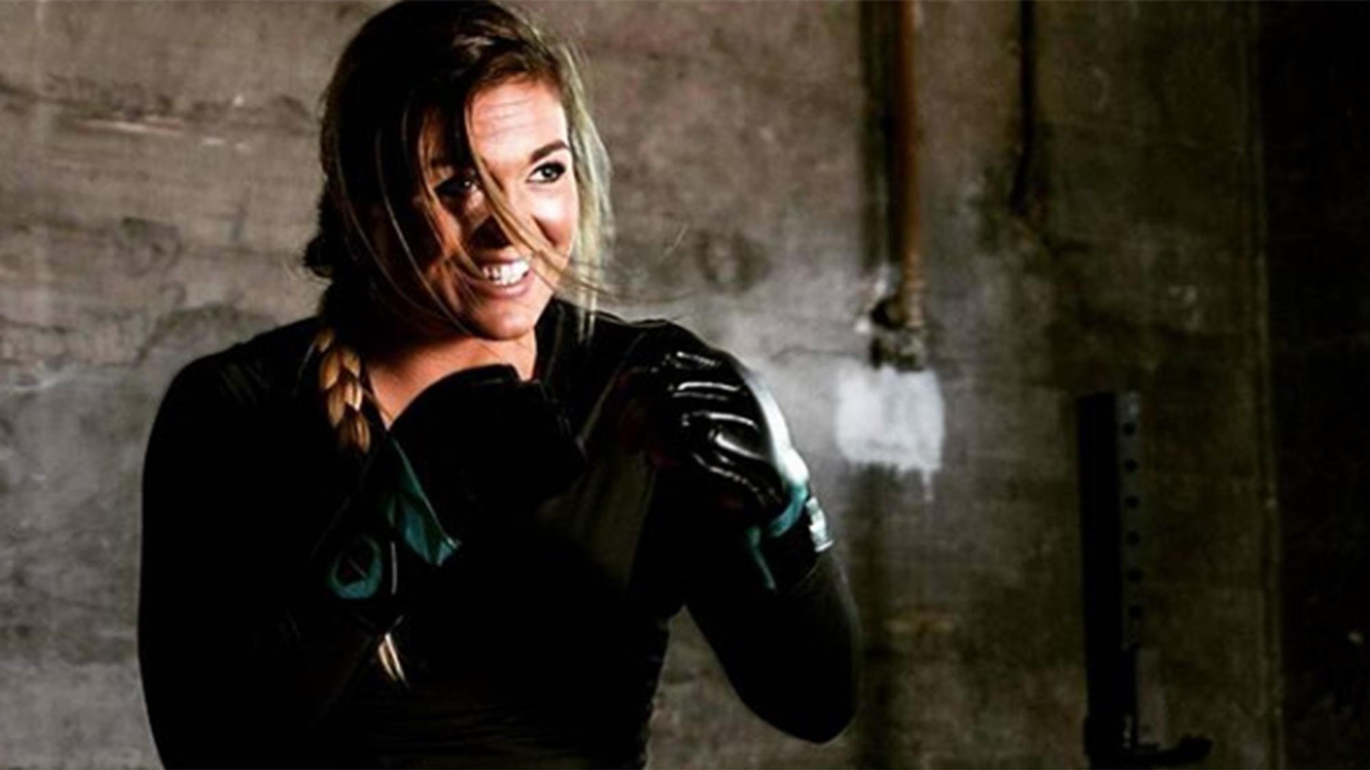 MMA-utøveren Anna Dempster har sagt seg villig til å gå en runde med et nettroll som mente kvinner var for svake og trege til å kunne slåss med menn - selv om de var trent i kampsport.