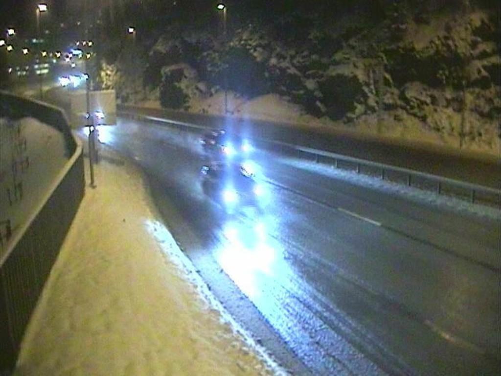 E39 ved Fidjane i Kristiansand onsdag morgen. Agder-politiet advarer for glatte veier.