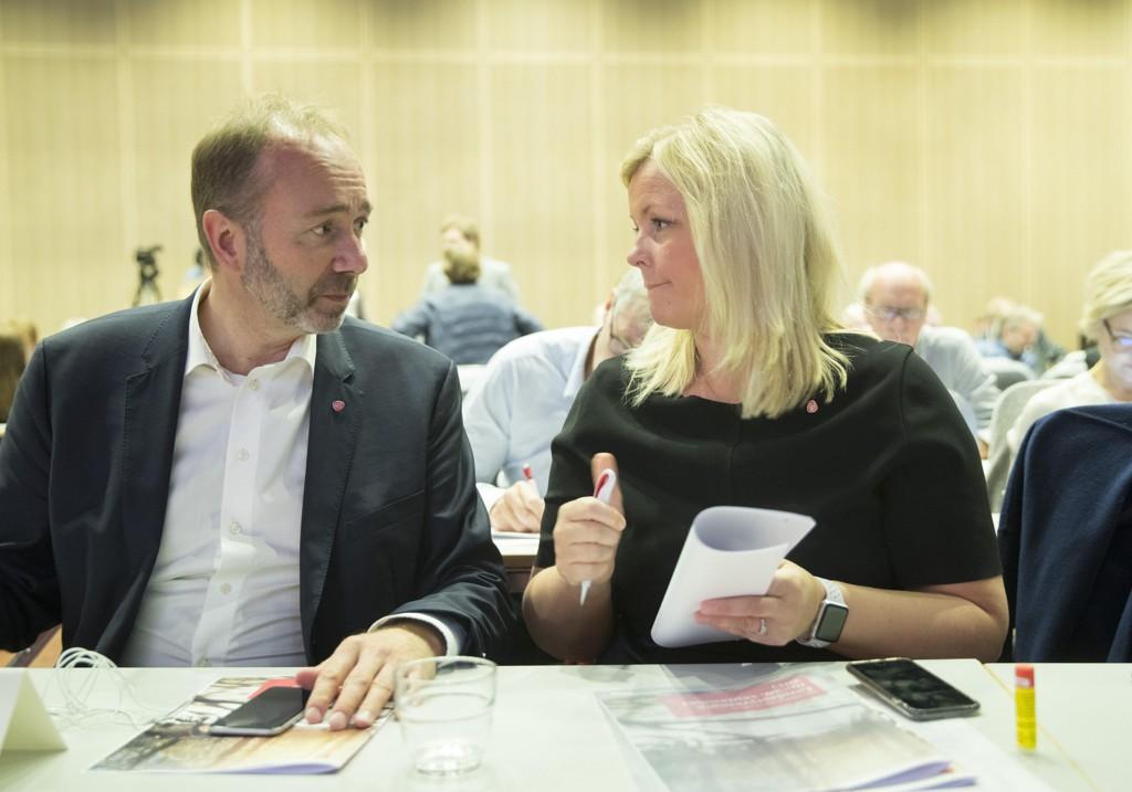Ap-nestleder Trond Giske og partisekretær Kjersti Stenseng i passiar.
