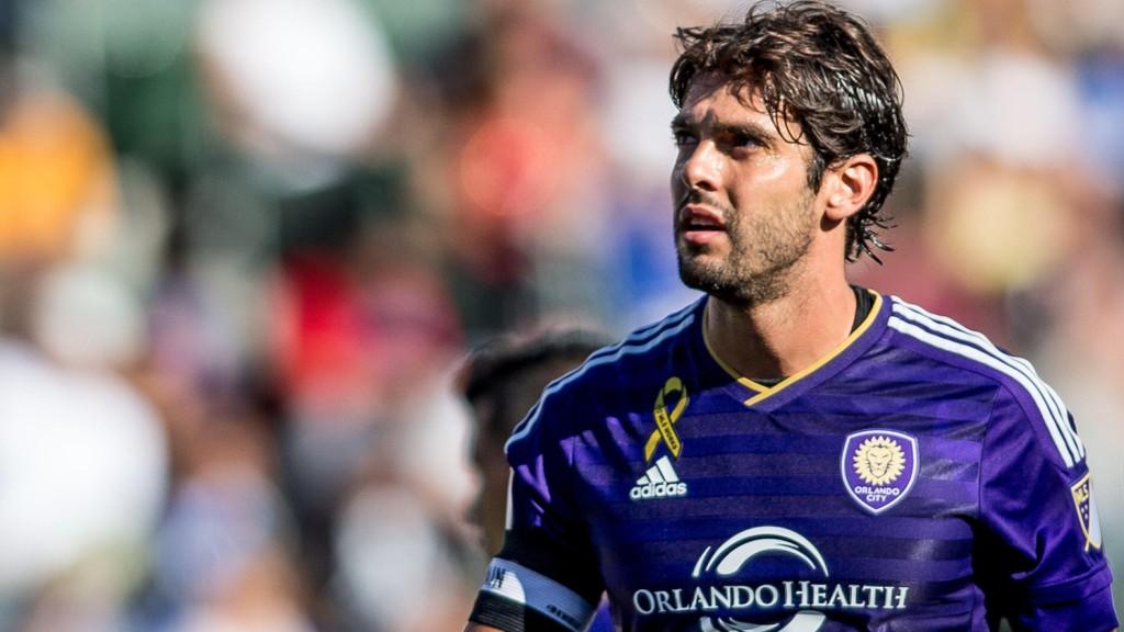 LEGGER OPP: Kaká legger fotballskoene på hylla.