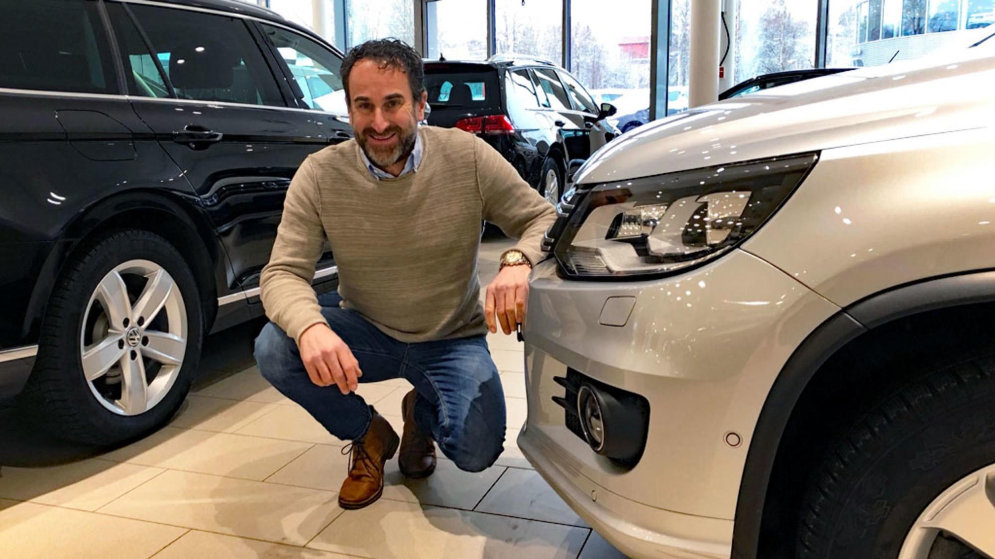 SKEPTISK TIL VINGLETE BILPOLITIKK: Bilmegler Morten Altmann kan mer om bruktbil enn de fleste. Han er skeptisk til myndighetenes vinglete bilpolitikk.