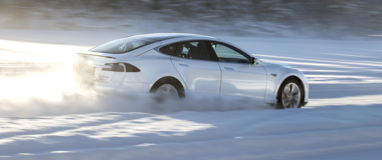I kaldt vær blir rekkevidden på elbiler kortere. Tesla jobber med en løsning som kan forvarme batteripakken og minske rekkeviddetapet.
