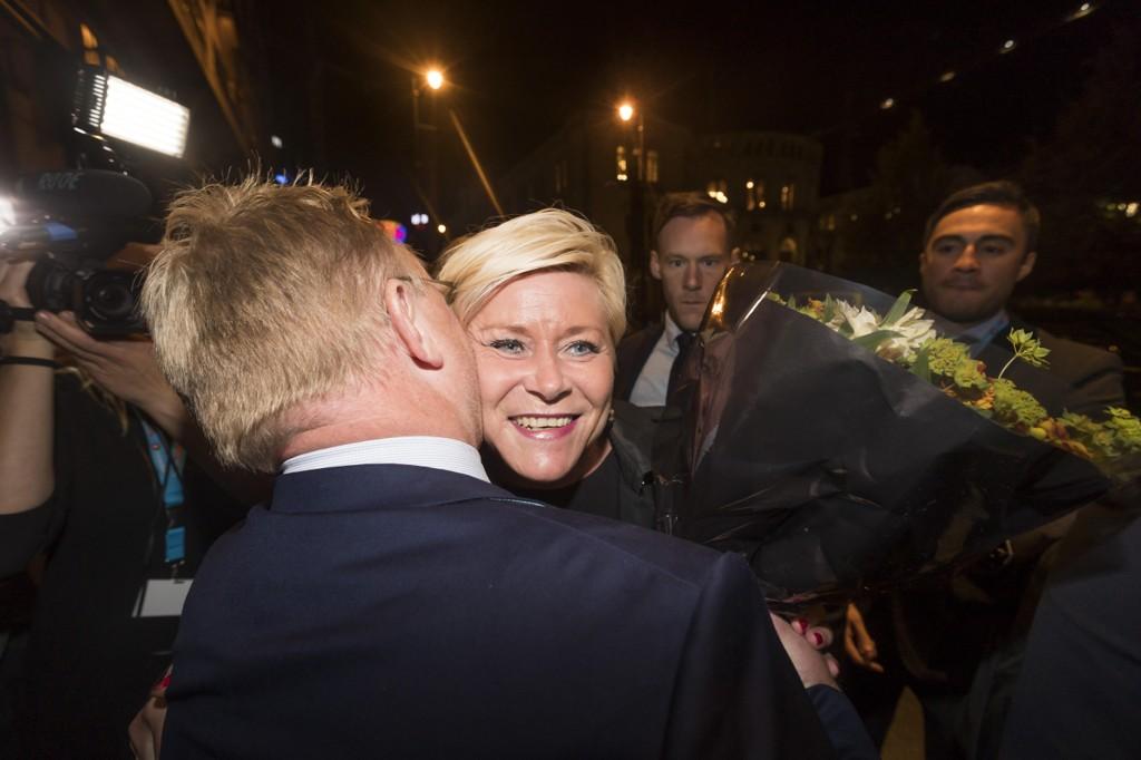 Frp-leder Siv Jensen får en god klem fra Per Sandberg på Fremskrittspartiets valgvake i Speilsalen på Grand hotell i Oslo.