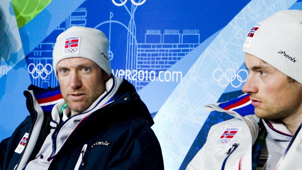 OVERRASKET: Odd-Bjørn Hjelmeset sier han var overbevist om at Northug skulle få gå Tour de Ski. Det får han ikke. Her er de to sammen på en pressekonferanse i Vancouver.