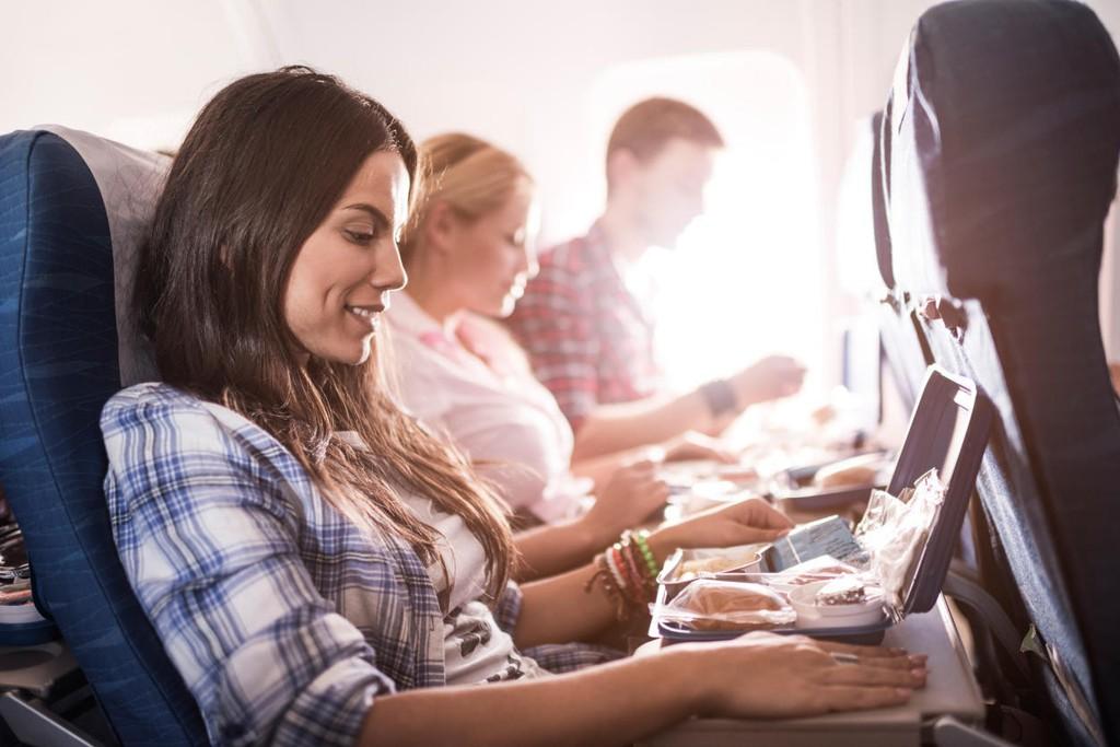 Enkelte personer som jobber som kabinpersonale mener du ikke bør spise på fly. Ernæringsfysiologer er uenige. Illustrasjonsfoto.