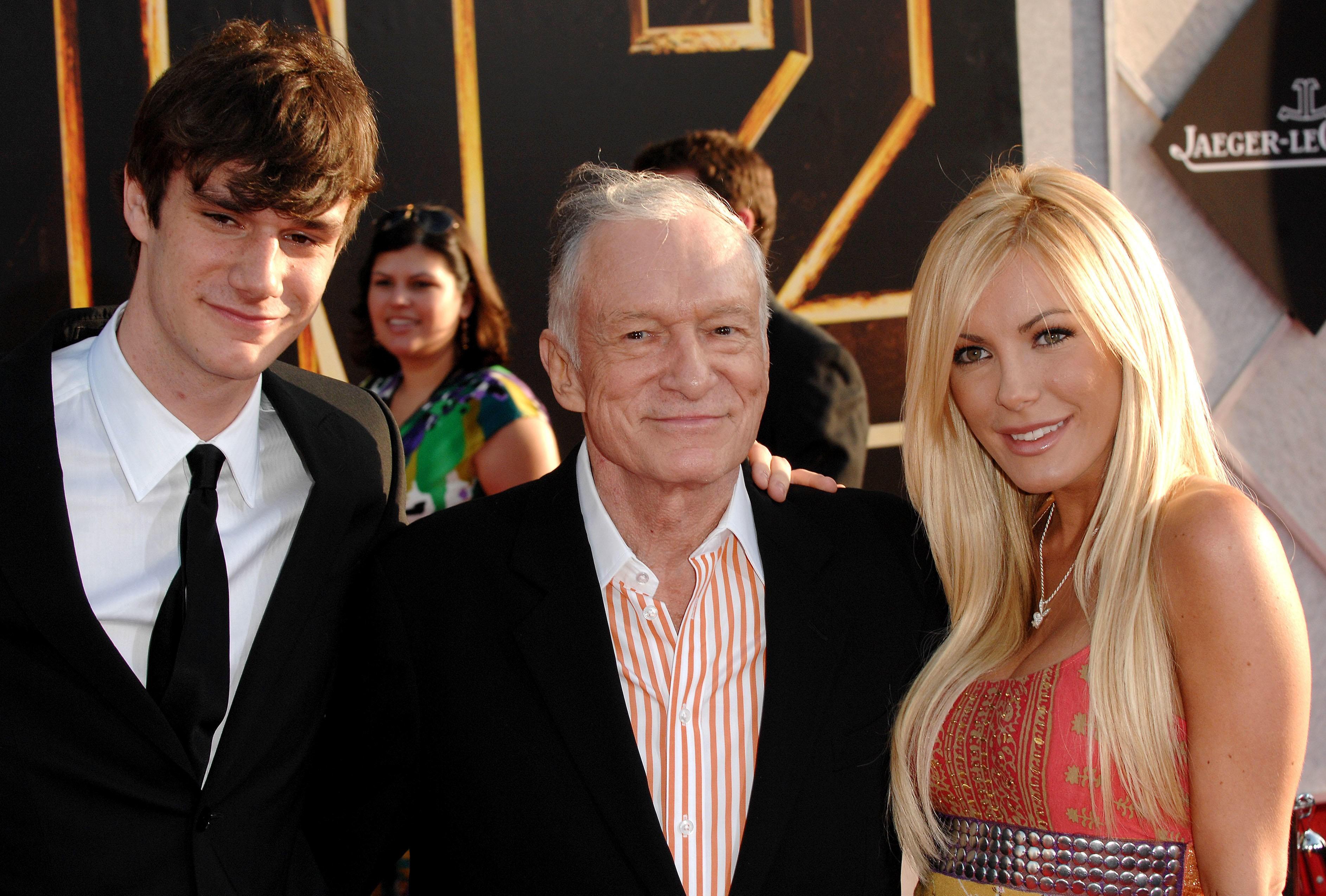Hugh Hefner sammen med sønnen Cooper Hefner og kona Crystal Harris på filmpremiere i 2010.