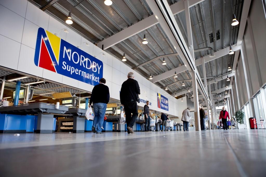 SVAK KRONE: Det gjør grensehandelen dyrere for nordmenn. Bildet viser Nordby Supermarket i Svinesund.