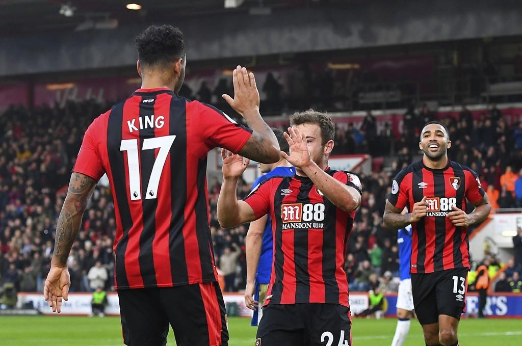ENDELIG SEIER: Ryan Fraser jubler sammen med Joshua King etter Bournemouths 1-0-scoring mot Everton. Til slutt vant hjemmelaget 2-1.