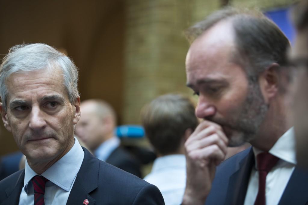 Ap-leder Jonas Gahr Støre (tv) og Aps finanspolitiske talsperson Trond Giske i Vandrehallen etter fremleggelsen av statsbudsjettet 2018 på Stortinget.