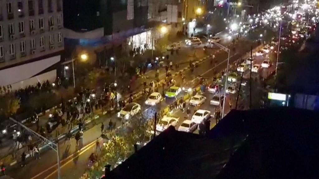 OPPTØYER: Opptøyene og uroen fortsetter i Iran, der ni mennesker ble drept i flere byer i Isfahan-provinsen natt til tirsdag. Dette bildet ble tatt under protester i Teheran lørdag.