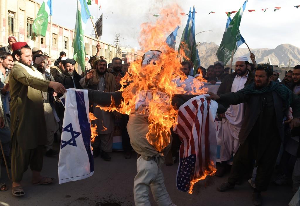 Palestinske demonstranter brenner en dukke som skal forestille Donald Trump som holder det amerikanske og israelske flagget. Demonstrasjonen var en protest mot Trumps avgjørelse om å anerkjenne Jerusalem som Israels hovedstad.