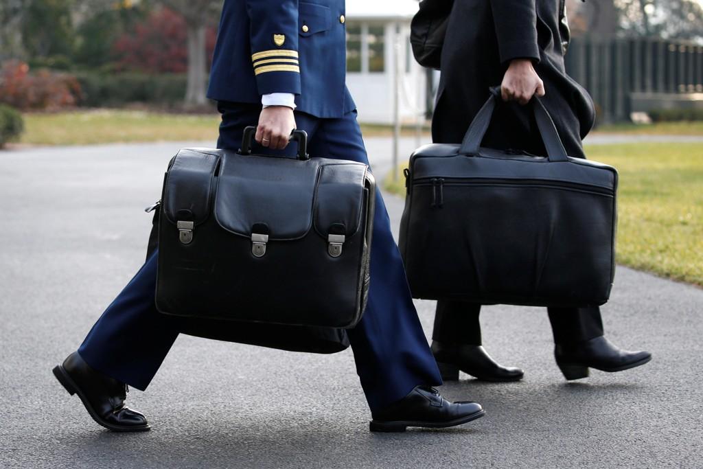 Den såkalte atomkofferten, også kalt «The Fotball», inneholder avfyringskodene til USAs atomarsenal. Kofferten bæres alltid av en militær tjenestemann som alltid befinner seg i nærheten av den sittende amerikanske presidenten. Bildet viser tjenestemannen som bærer kofferten (i forgrunnen) under Trumps reise til Utah 4. desember i fjor.