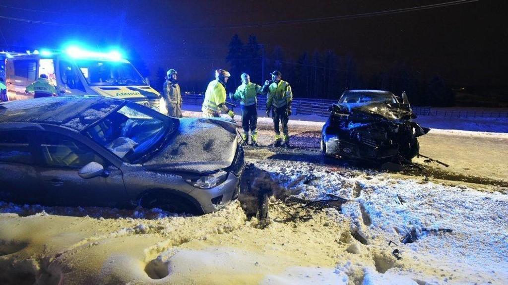 MØTEULYKKE: Tre biler har kollidert mellom Kjeller og Skedsmokorset. Bildet viser to av de involverte bilene.