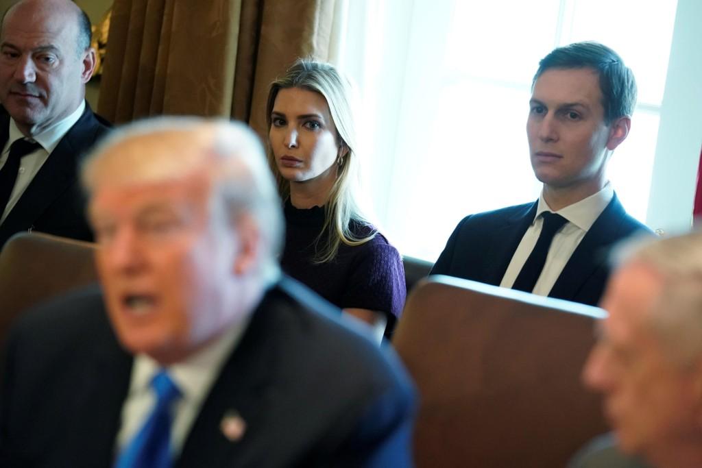 HAR AMBISJONER: Ekteparet Ivanka Trump og Jared Kushner vurderer politiske karrierer selv, ifølge boka til Michael Wolff.