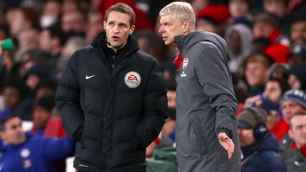 FORBANNET: Arsene Wenger var lite fornøyd med dømmingen etter 2-2 mot Chelsea onsdag.
