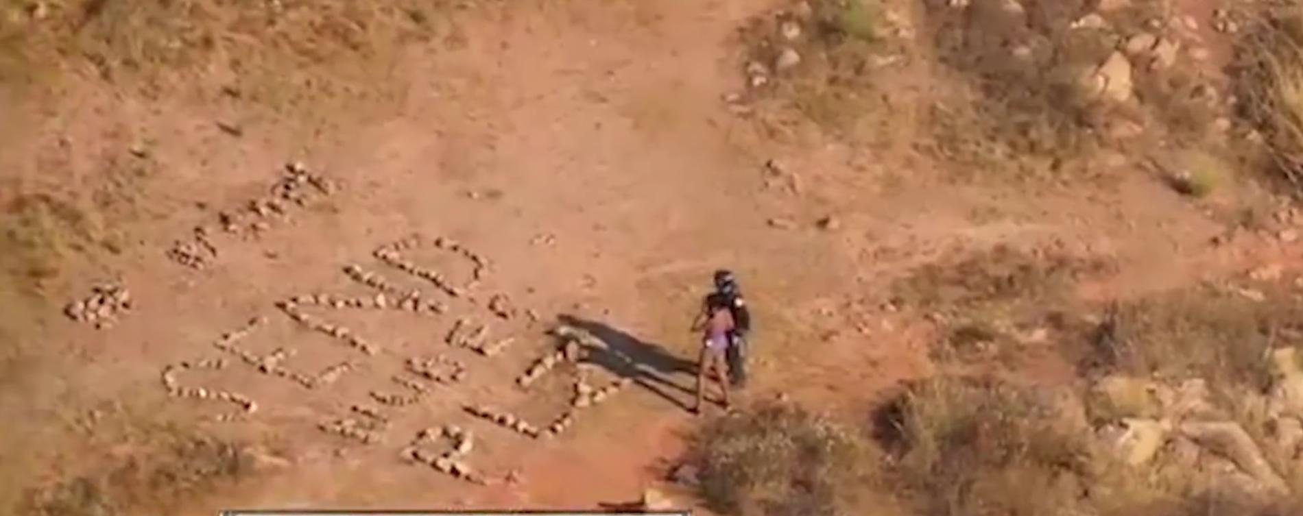 NAKENBILDER: Det var ikke «hjelp» turgåeren som hadde gått seg vill stavet med sin steinformasjon.