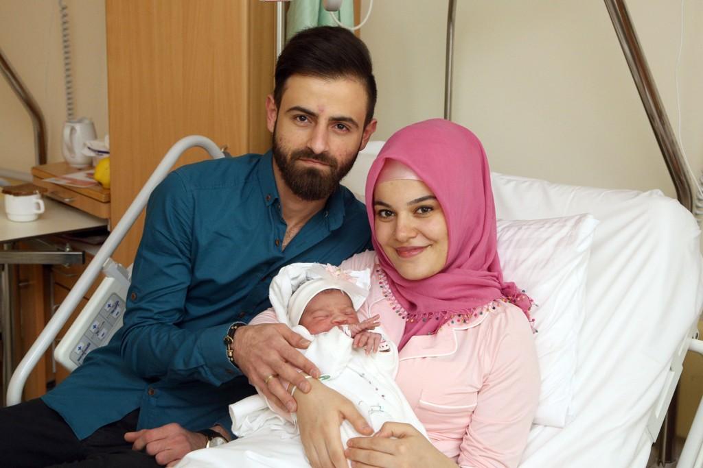 Naime og Alper Tamga avbildet sammen med datteren Asel, som var det første barnet som ble født i Wien i 2018.
