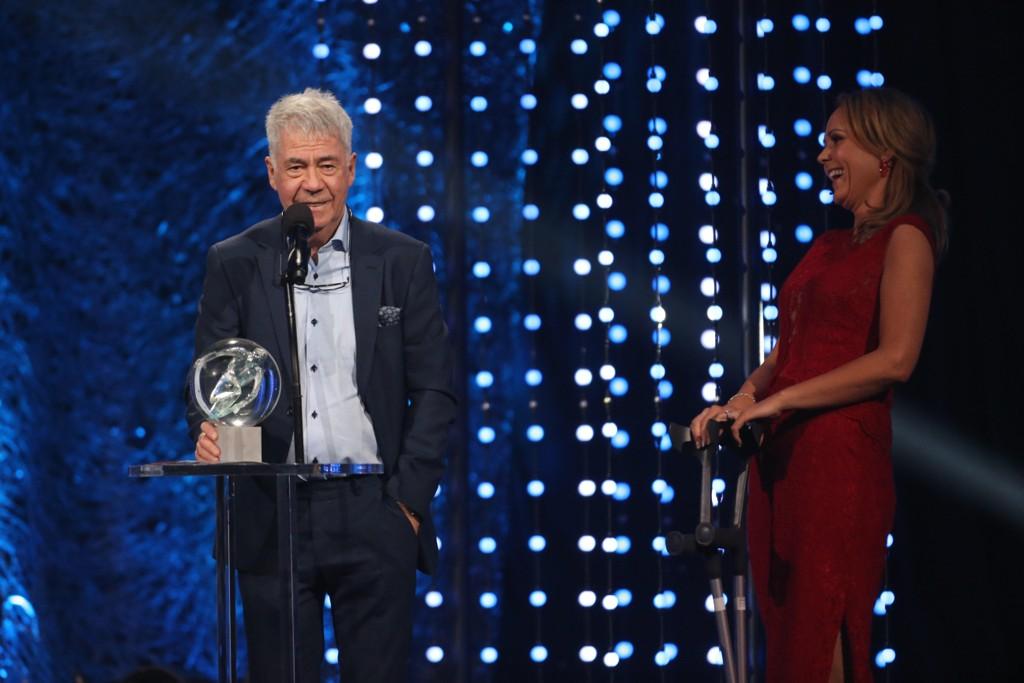 HEDERSPRIS: Idrettsgallaens hederspris deles ut av Linda Hofstad Helleland, vinneren ble Egil Olsen.