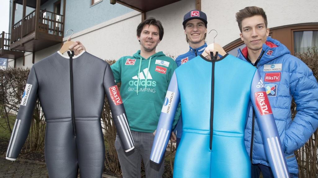 VÅPEN: Trener Magnus Brevig, Daniel-André Tande og Johann André Forfang viser fram forskjellige hoppdresser, men holder konkurransedressen hemmelig.