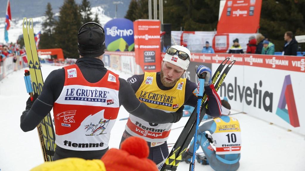 UTSLITT: Martin Johnsrud Sundby gratulerer vinneren, Dario Cologna.