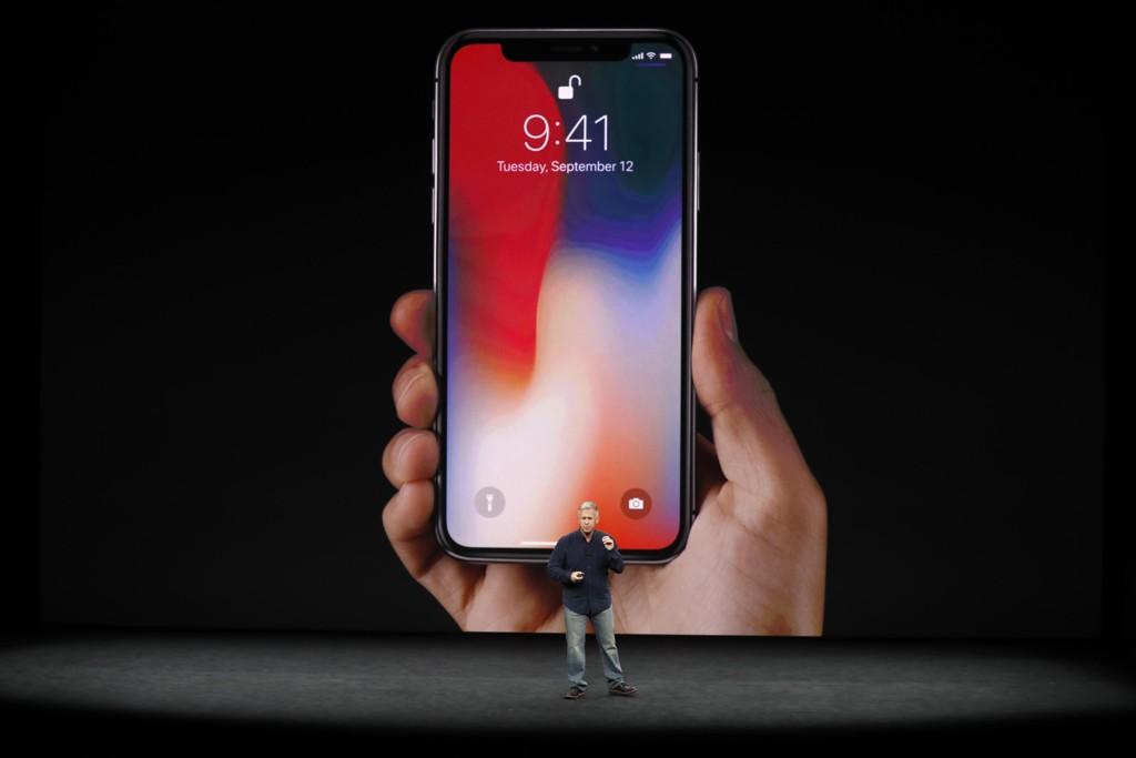 KREVER MER KONTROLL: Apple-direktør Phil Schiller lanserte iPhone X i september. Nå er flere aksjonærer bekymret over at overdreven bruk av smarttelefon gir ungdom helseproblemer.