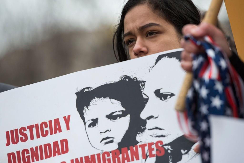DEMONSTRASJONER: Donald Trumps program for å kaste ut imigranter fra USA har skapt sterke reaksjoner og mange demonstrasjoner. Her, fra en demonstrasjon utenfor Det hvite hus.