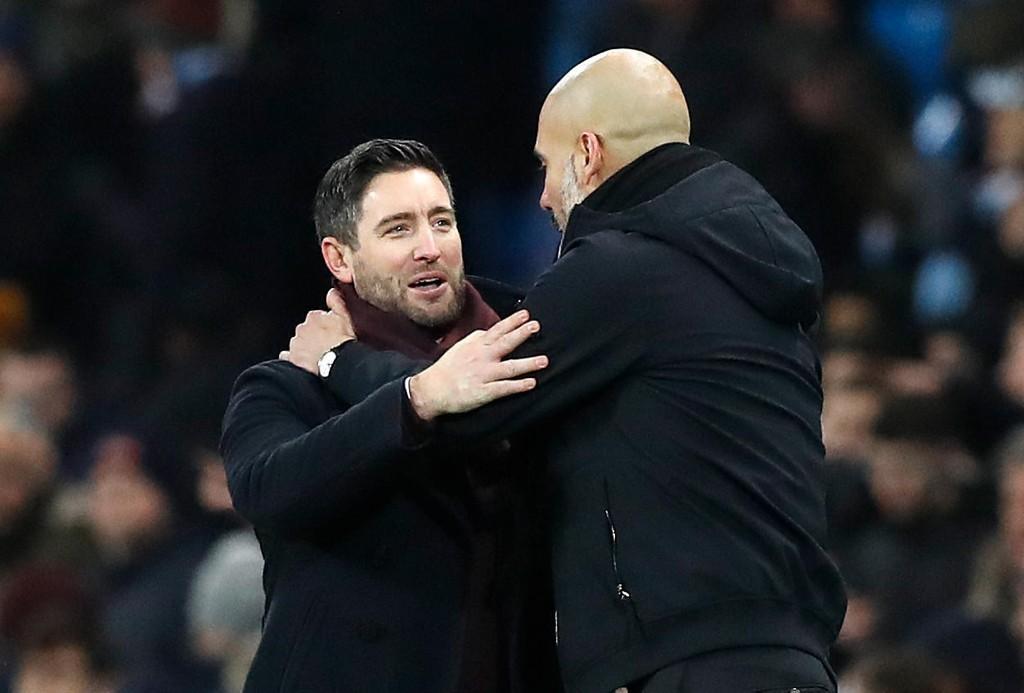 BLE HYLLET ETTER NESTEN-SENSASJON: Bristol City-manager Lee Johnson i samtale med Josep Guardiola etter kampslutt.