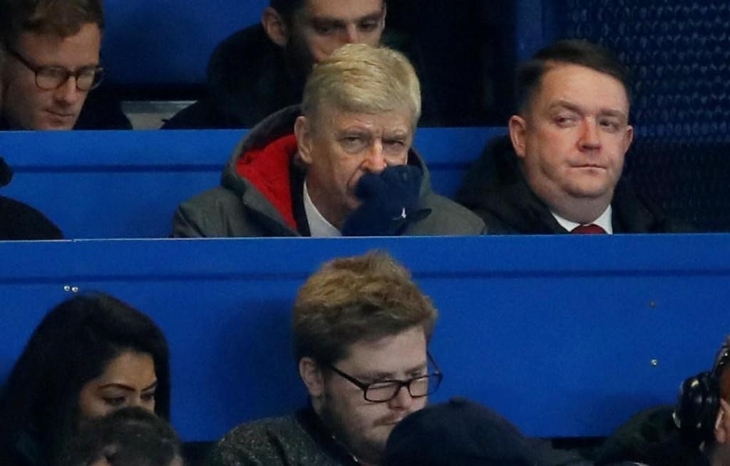 PÅ TRIBUNEN: En suspendert Arsene Wenger måtte se kampen mellom Chelsea og Arsenal fra pressetribunen.