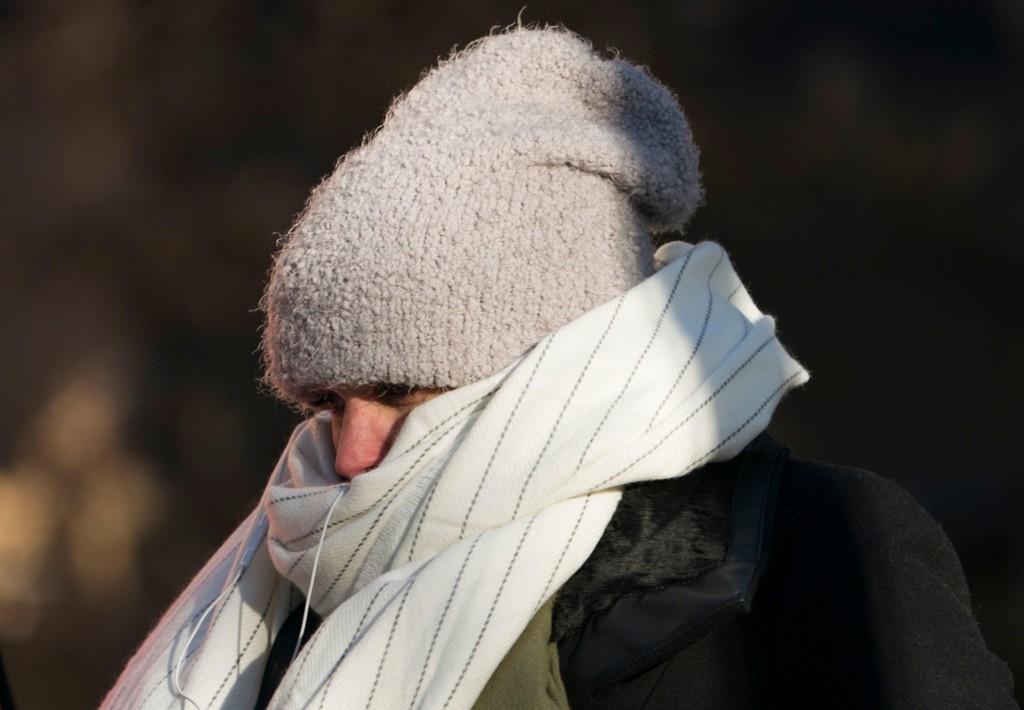 SURT: En gåtur om vinteren kan fort bli en sur opplevelse med sterke vindkast. Ved å sjekke den følte temperaturen blir det litt lettere å kle seg etter været. Bildet viser en godt innpakket kvinne i New York i romjulen.
