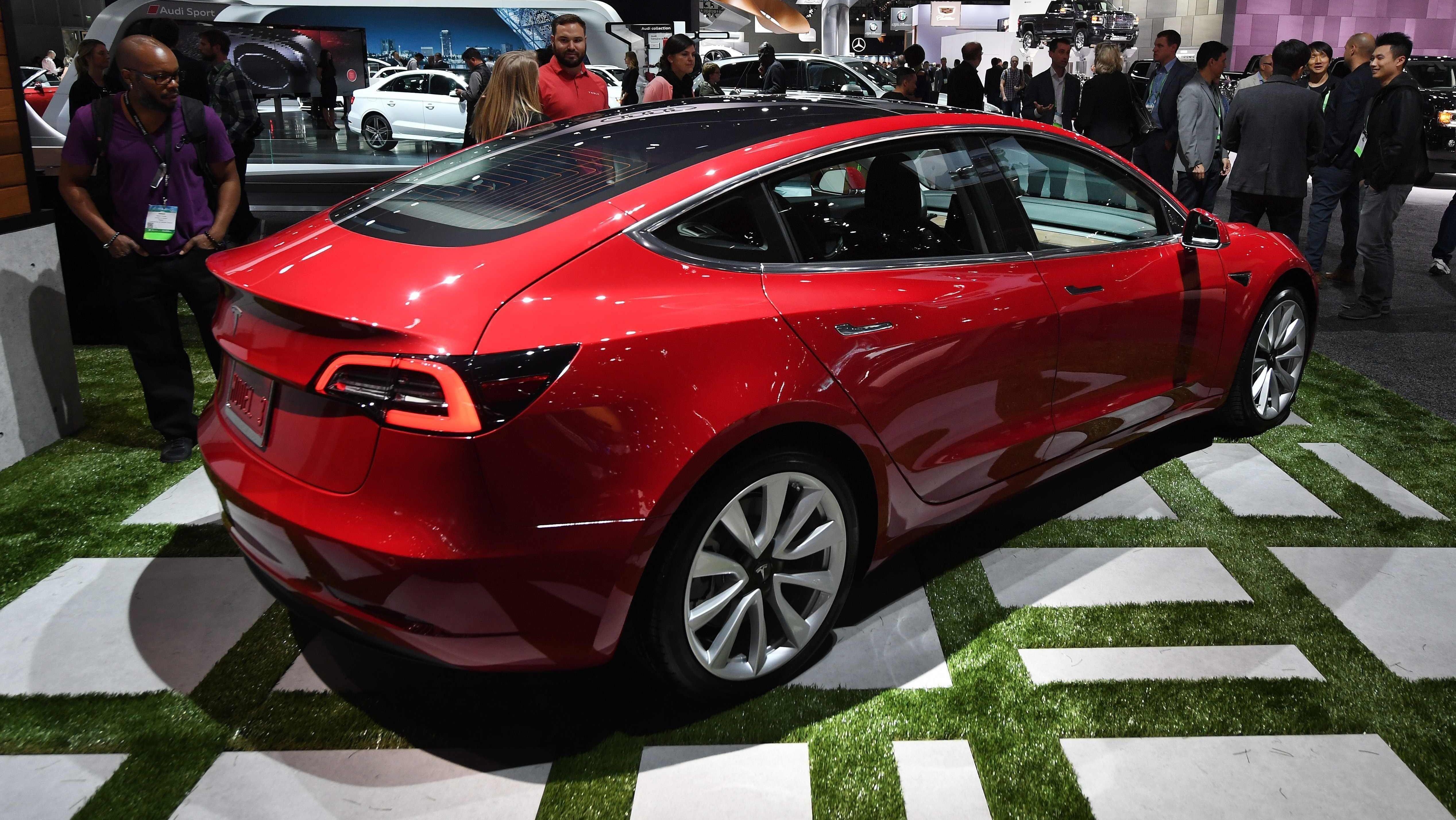 TESLA MODEL 3: Tesla har endelig fått fart på produksjonen og utleveringene av sin volummodell, Model 3. Men de har fortsatt en stor oppgave foran seg, med tanke på å nå målene for 2018.