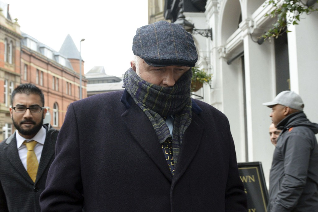 DØMT: Kirurg Simon Bramhall avbildet idet han forlater rettslokalet etter å ha fått sin dom i Birmingham fredag.