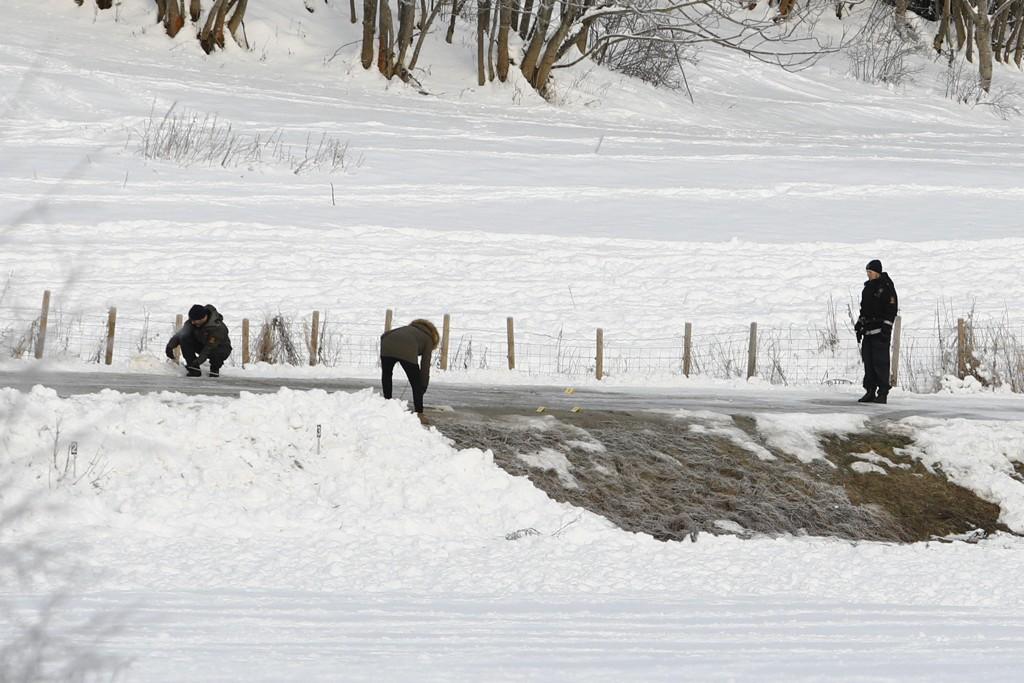 LETER: Politiet har startet søk i et område sju mil fra Brumunddal. NRK melder at den siktede ektemannen skal ha fortalt hvor politiet kan finne Janne Jemtland. Bildet er tatt under tidligere søk da politiet blant annet fant blod fra den 36 år gamle savnede kvinnen.