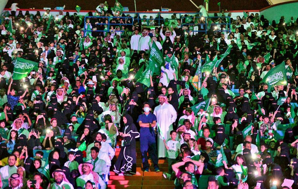 HISTORISK: Saudiarabiske menn og kvinner samlet seg for første gang på King Fahd-stadionen i hovedstaden Riyadh på fredag for sammen å se fotball.