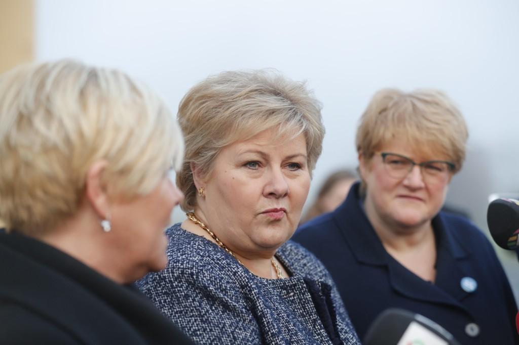 Søndag klokken 11 får toppene i de tre forhandlingspartiene vite hvordan dragkampene på Jeløya har gått.