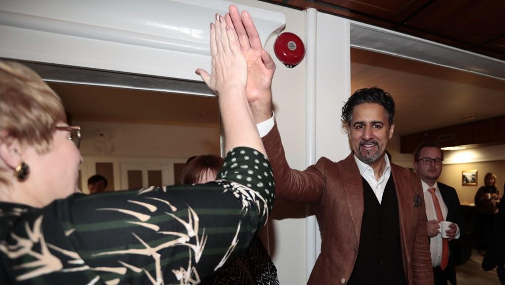 STORE FORVENTNINGER: Venstre-leder Trine Skei Grande mottar hyllest fra landsstyret på Moss hotell og tok en high five fra Abid Raja.