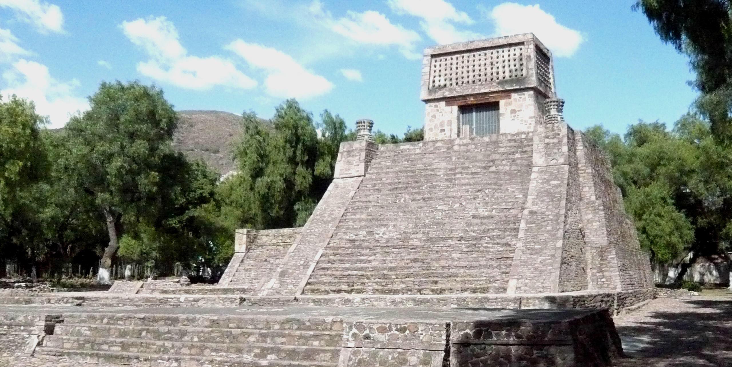 TEMPEL: Aztekerpyramiden i Santa Cecilia Acatitlan i Mexico.