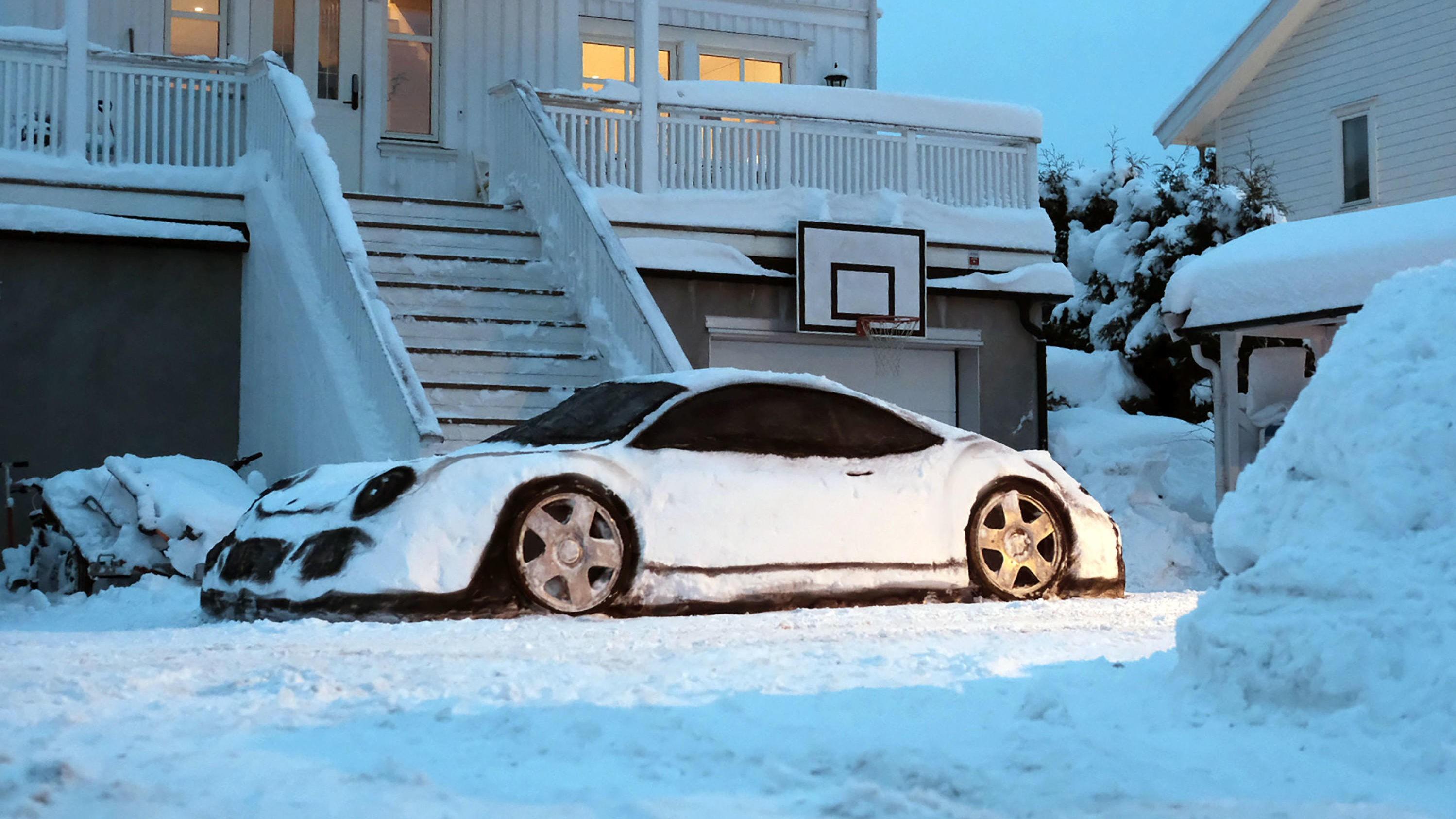 Denne «bilen» er det mange som har fått opp øynene for det siste døgnet. Snøbilen, som er en 1:1-utgave av Porsche 911, går akkurat nå sin seiersgang på sosiale medier.