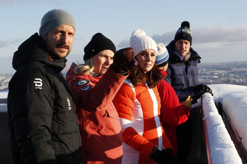 VINTERIDYLL: Prins William og hertuginne Kate sammen med Kronprins Haakon og kronprinsesse Mette Marit i hoppbakken og skimuseet i Holmenkollen.