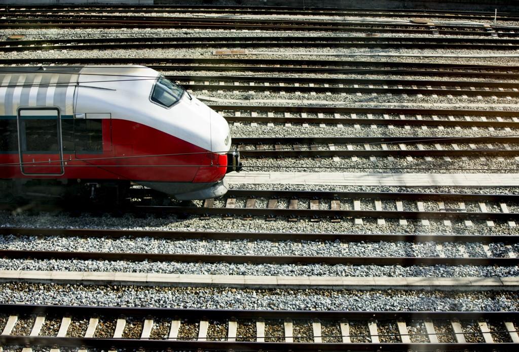 Sveriges svar på NSB, Statens Järnvägar (SJ), ruster seg for konkurransen på hjemmebane og planlegger anbud på togstrekninger i både Norge og Danmark.
