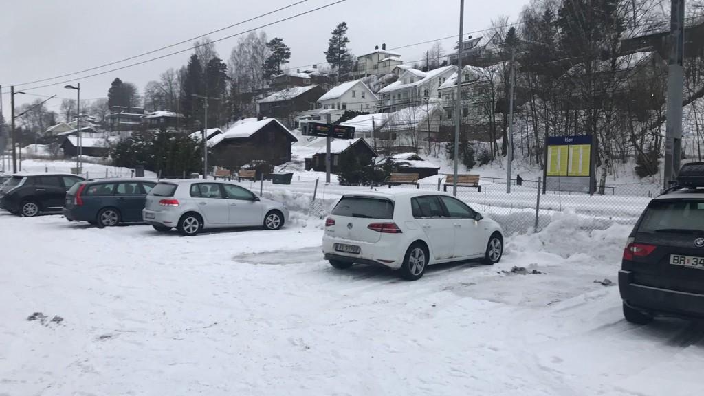 HER BLIR DET DYRT: Bane Nor fortsetter å fjerne gratis parkeringsplasser i Oslo-regionen. Her fra Høn.